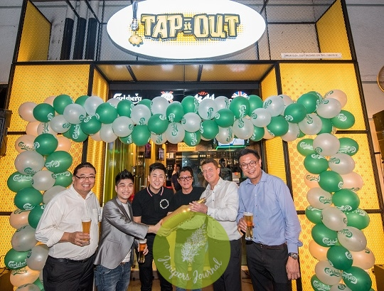 Managing Director Lars Lehmann presenting the exclusive, gold embossed 3-litre Carlsberg bottle to congratulate the founders of Tap It Out Solaris on their grand opening