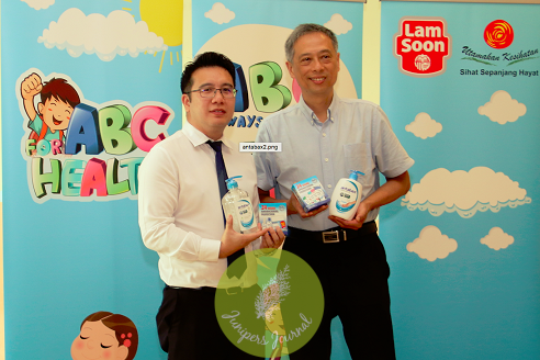 Mr Kenny Sim, Chief Operating Officer, R.E.A.L Education Group Sdn Bhd together with Mr. Francis Ng, Senior General Manager, Household and Personal Care, Lam Soon Edible Oils Sdn Bhd were officiating the Antabax ABC (Always Be Clean) for Health campaign