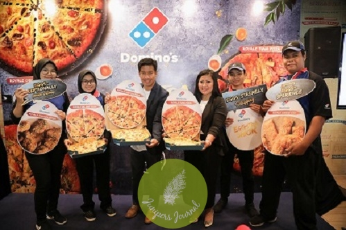 Shamsul Amree, Deputy President of Operations, Domino's Pizza Malaysia & Singapore and Linda Hassan, Senior Vice President of Marketing, Domino's Pizza Malaysia & Singapore unveiling the Eggstra Shiock Royale Salted Egg Pizzas