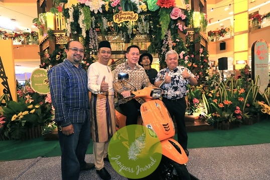 (From L - R) Mr Irhash Zamani, Head of Marketing Communications of Naza Kia Malaysia; Mr Farouk Faisal, Chief Operating Officer of Naza Premira; Mr H.C. C ha n, Chief Executive Officer of Sunway Malls and Theme Parks; Famous doodle artist, Fritilldea; and Mr K evin Tan, Chief Operating Officer of Sunway Malls posing together with the Limited Edition Vespa courtesy of Naza Group of Companies