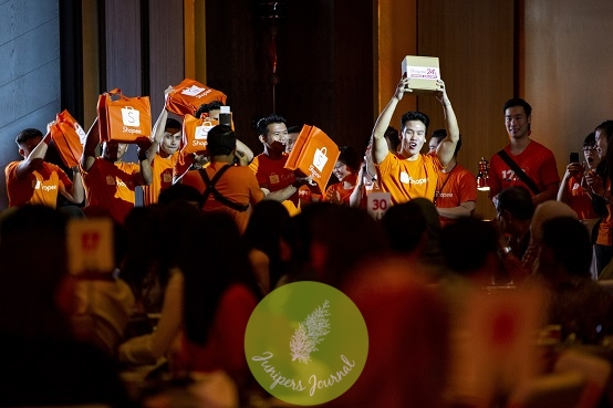Guests had a first-hand experience of the Shopee24 Express Delivery when they received their goodie bags from the Shopee24 team