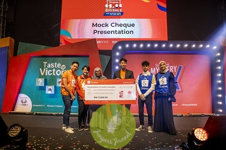 **(fourth from left) *Lok Weng Lum, Marketing Lead (Campaigns), Shopee Malaysia, presented a mock cheque of RM11,000 to MAKNA
