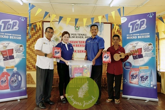Marketing Manager (Fabric Care Division) of Southern Lion Sdn Bhd, Ms Ling Ai Li, handover the art supplies and Ukulele to Headmaster of SK Pos Tenau, Encik Abu Yazid