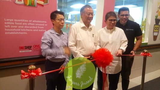 1 Utama Director, Tan Sri Dato' Teo Chiang Kok (second from left) launches 1 Utama W.I.S.E. With Food Programme