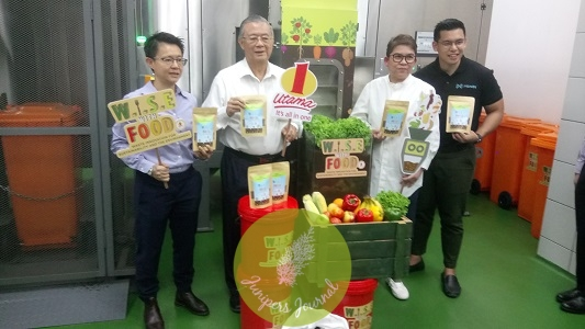 1 Utama Director, Tan Sri Teo Chiang Kok (second from left) with members of 1 Utama management in The Food Waste Recycling Room