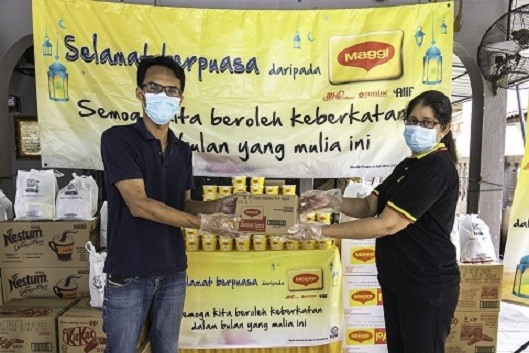 Business Executive Officer of MAGGI®, Nestlé (Malaysia) Berhad, Geetha Balakrishna was distributing MAGGI® bubur lambuk and Nestlé Food and Beverage Packs to Muhammad Afiq bin Md Shahid, Manager of Rumah Jagaan As Samad