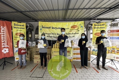 Residents of Rumah Jagaan As Samad collecting their MAGGI® bubur lambuk and Nestlé goodie bags