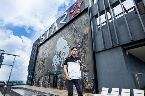 Alan Koh, CEO of Alpine Return Sdn Bhd received the certificate from Malaysia Book of Records