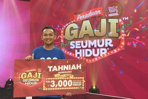 Encik Amirrul Hafiz Bin Razak from Temerloh, Pahang, overwhelmed to be announced a Grand Prize winner of Peraduan Nestlé Gaji Seumur Hidup