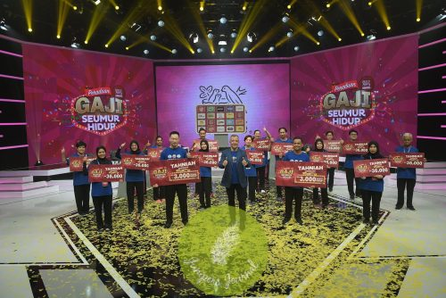 All 16 finalists of Peraduan Nestlé Gaji Seumur Hidup showcasing their amazing prizes, joined by* [front row, centre] *Mr Juan Aranols, Chief Executive Officer, Nestlé (Malaysia) Berhad