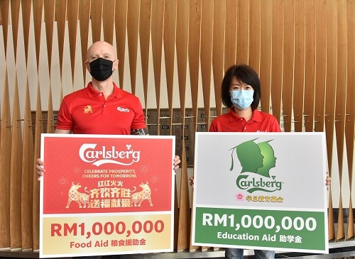 Carlsberg Malaysia initiates 'Celebrate Prosperity, Cheers For Tomorrow' campaign with RM1 million pledge in food aid; and disburses RM1 million in bursaries through the Carlsberg-Huazong Chinese Education Fund to help 333 students facing financial difficulties amid the current sentiment. Left: Managing Director of Carlsberg Malaysia, Stefano Clini Right: Corporate Affairs Director of Carlsberg Malaysia, Pearl Lai