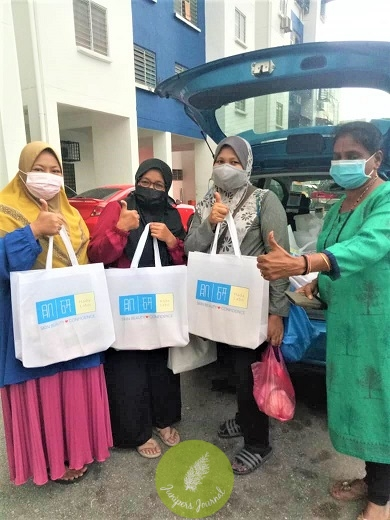 Recipients of Raya Cookies through the Hada Labo Care for Society Campaign